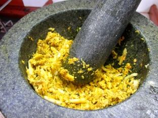 Making the betutu paste