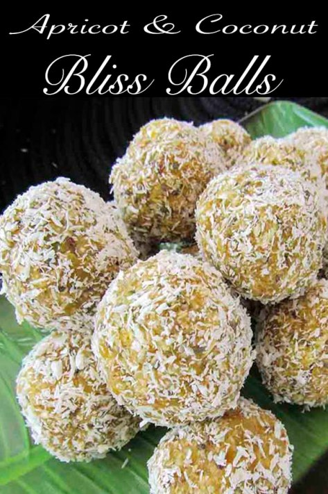 Apricot and Coconut Bliss Balls made with superfoods #recipe #blissballs #chiaseeds #nutural #noaddedsugar #coconut #oats